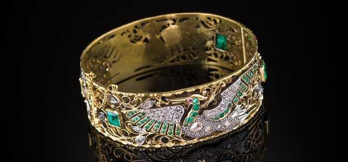 Diamond and emerald birds chasing each other around the bangle for eternity.