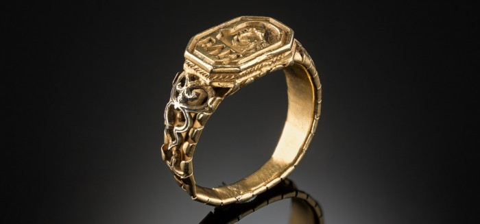 An 18 carat yellow gold antique signet ring