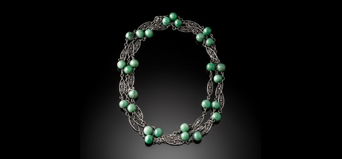 AN EARLY TWENTIETH CENTURY FRENCH INDOCHINE JADE AND SILVER LONG CHAIN